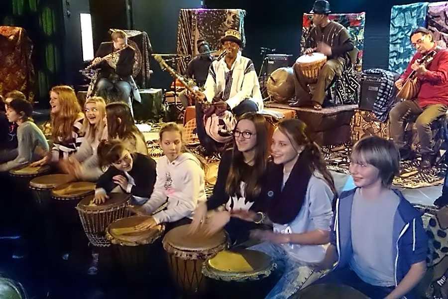 djembe workshops participatie optredens scholen djembe workshop djembeles victor sams - Participatie optredens en djembé workshops voor scholen